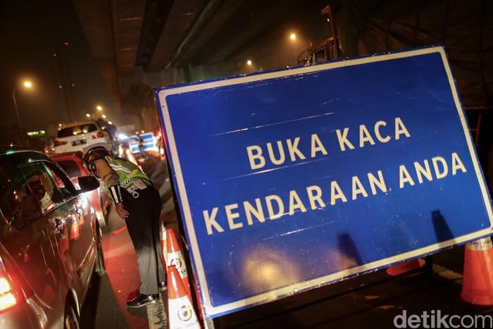 Petugas gabungan dari Kepolisian, Dinas Perhubungan dan TNI melakukan penyekatan di kawasan pintu tol Cikarang, Jawa Barat, Kamis (6/5/2021). Polisi menyekat kendaraan di Gerbang Tol (GT) Cikarang Barat, Tol Jakarta-Cikampek atau KM 31 sebagai operasi larangan mudik.