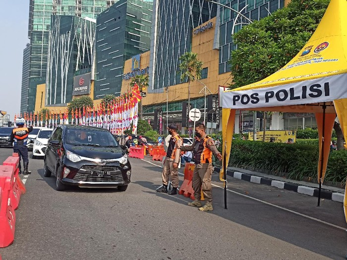 Nekat Masuk Surabaya, Sejumlah Kendaraan Diputarbalik di Bundaran Waru
