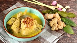 Santap Opor Ayam saat Lebaran? Ini Bahaya Hangatkan Ulang Makanan Bersantan