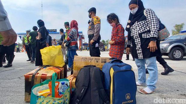 Para pemudik asal Jakarta yang terciduk penyekatan di Tol Tegal diturunkan. Ada total 10 travel gelap yang diamankan Polres Tegal di hari pertama larangan mudik 2021, Kamis (6/5/2021).