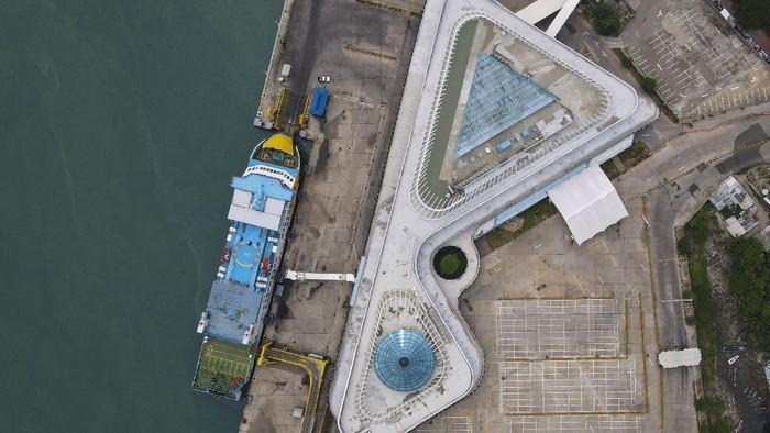 Foto aerial suasana sepi Pelabuhan Merak saat hari pertama larangan mudik lebaran 2021, di Banten, Kamis (6/5/2021). Pelabuhan Merak menghentikan pelayanan penyeberangan bagi pemudik hingga 17 Mei 2021 dan hanya akan melayani penyeberangan untuk distribusi logistik atau kebutuhan pokok serta penumpang yang berizin khusus sebagai upaya mengantisipasi risiko peningkatan kasus penularan COVID-19 saat Hari Raya Idul Fitri 1442 H. ANTARA FOTO/Galih Pradipta/foc.