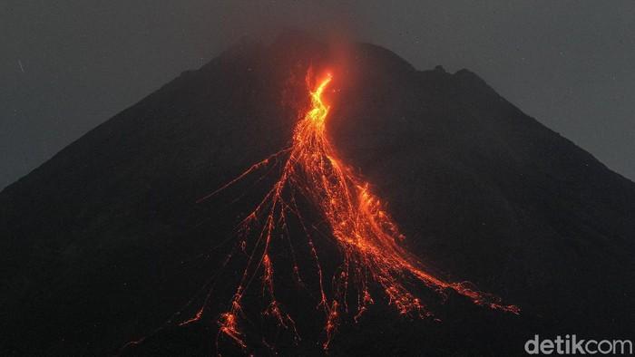 Gunung Merapi mengeluarkan lava pijar terlihat dari Srumbung, Magelang, Jawa Tengah, Kamis (6/5/2021). Berdasarkan pengamatan BPPTKG, pada pukul 18.00 tanggal 5 Mei 2021 hingga pukul 06.00 tanggal 6 Mei 2021 Gunung Merapi mengeluarkan lava pijar sebanyak 22 kali, dengan jarak luncur maksimal 1.600 meter ke arah barat daya.
