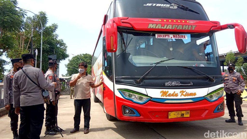 Dihadang di Rembang, Puluhan Kendaraan Dipaksa Balik ke Jatim