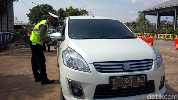 Penyekatan di jalur Pantura, Kecamatan Sarang, Rembang, perbatasan Jateng-Jatim, Kamis (6/5/2021).