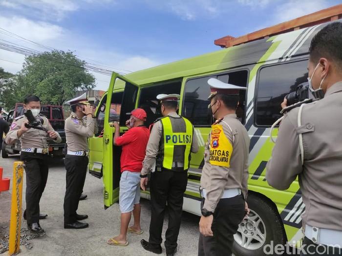 Ada empat pos penyekatan terkait larangan mudik 2021 di Sidoarjo. Salah satunya di Simpang Tiga Gempol, perbatasan Pasuruan dan Sidoarjo.