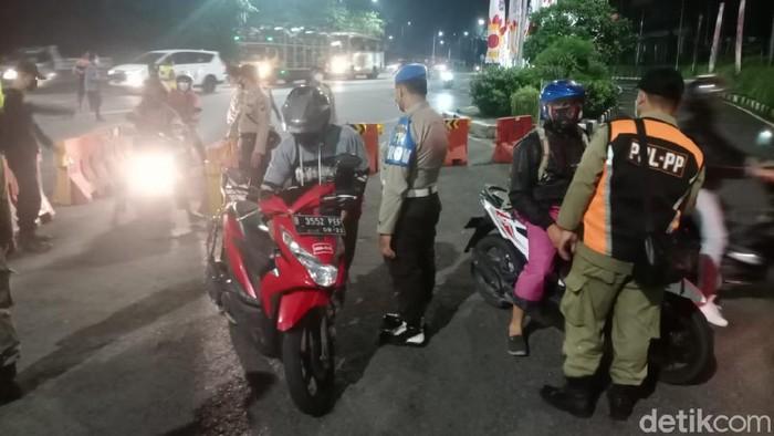 Penyekatan terkait larangan mudik mulai diberlakukan di Surabaya sejak pukul 00.00 WIB. Akses masuk ke Kota Pahlawan diperketat.