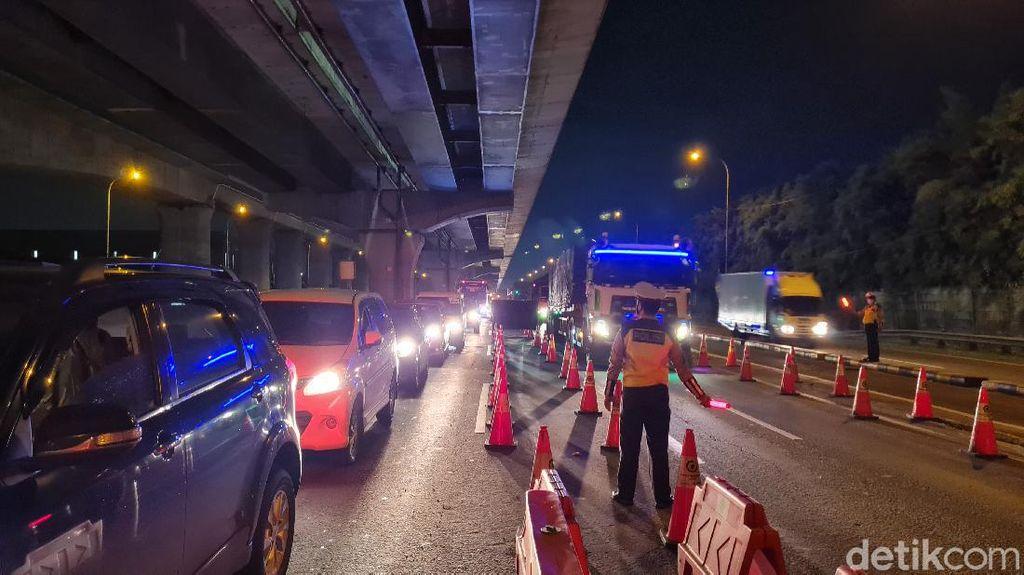 372 Kendaraan Diputar Balik di Pos Penyekatan Tol Cikarang Barat