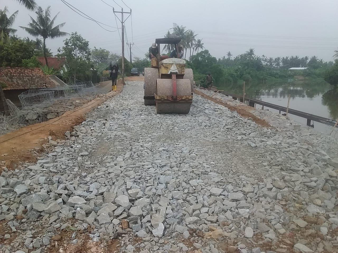 Perbaikan Jl Tanjung Burung Kabupaten Tangerang yang longsor. (Dok Pemkab Tangerang)