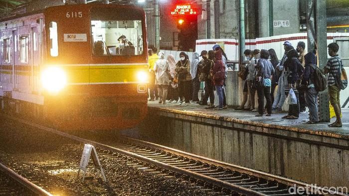 KAI Commuter melakukan pembatasan operasional KRL di masa Lebaran 2021. Jam operasional KRL Jabodetabek berubah mulai 6-17 Mei 2021.