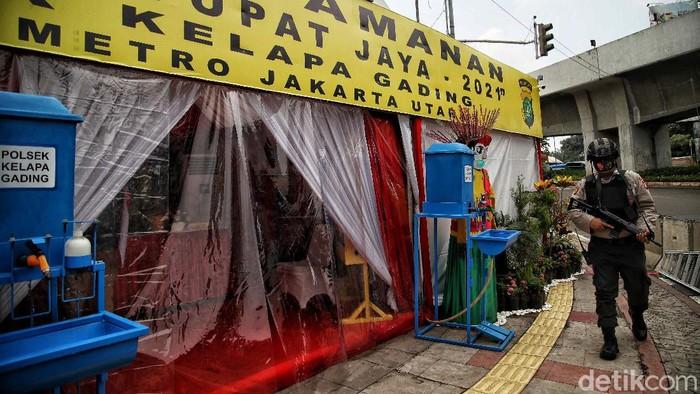Petugas kepolisian  Polsek Kelapa Gading melakukan persiapan pengaman di kawasan Pos Pengamanan Operasi Ketupat Jaya 2021 Polres Jakarta Utara.