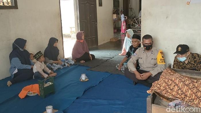 Lima remaja di Kelurahan Simbang Kulon, Kecamatan Buaran, Pekalongan, mengalami luka bakar, akibat ledakan petasan yang diraciknya. Seorang diantaranya meninggal dunia, Kamis pagi (06/05).