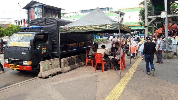Kondisi Blok B dan Blok F, Pasar Tanah Abang, sekitar pukul 08.30 WIB, Kamis (6/5/2021), terlihat sejumlah kios pedagang sudah mulai buka. Aktivitas di dalam pasar pun sudah mulai berlangsung, namun tak ada penumpukan pengunjung.