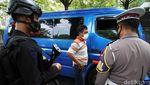 Polisi Bersenjata Lengkap Perketat Penyekatan di Solo