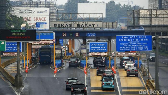 Kebijakan larangan mudik lebaran 2021 resmi dimulai hari ini. Polda Metro Jaya pun melakukan penyekatan di sejumlah titik, salah satunya di Gerbang Tol Bekasi Barat.