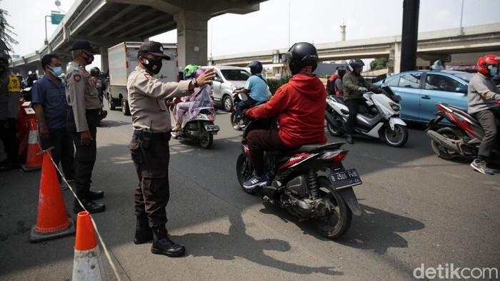 Petugas kepolisian melakukan random cek untuk dilakukan swab pada masyarakat yang melintas di Cek Point Sumber Artha, Kota Bekasi, Jawa Barat, Kamis (6/5/2021). Polres Metro Bekasi Kota melakukan penyekatan diberapa titik perbatasan kota Bekasi diantaranya pos Sumber Artha. Aturan larangan mudik mulai berlaku hari ini. Salah satu titik penyekatan jalur mudik di Kota Bekasi, Sumber Artha, telah memutar balikkan 15 kendaraan yang berasal dari Jakarta sejak dini hari tadi.