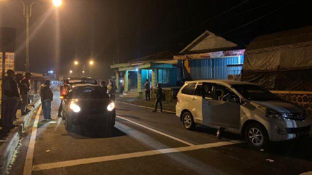 Pos penyekatan jalur perbatasan Jatim Jateng di Cemoro Sewu Magetan
