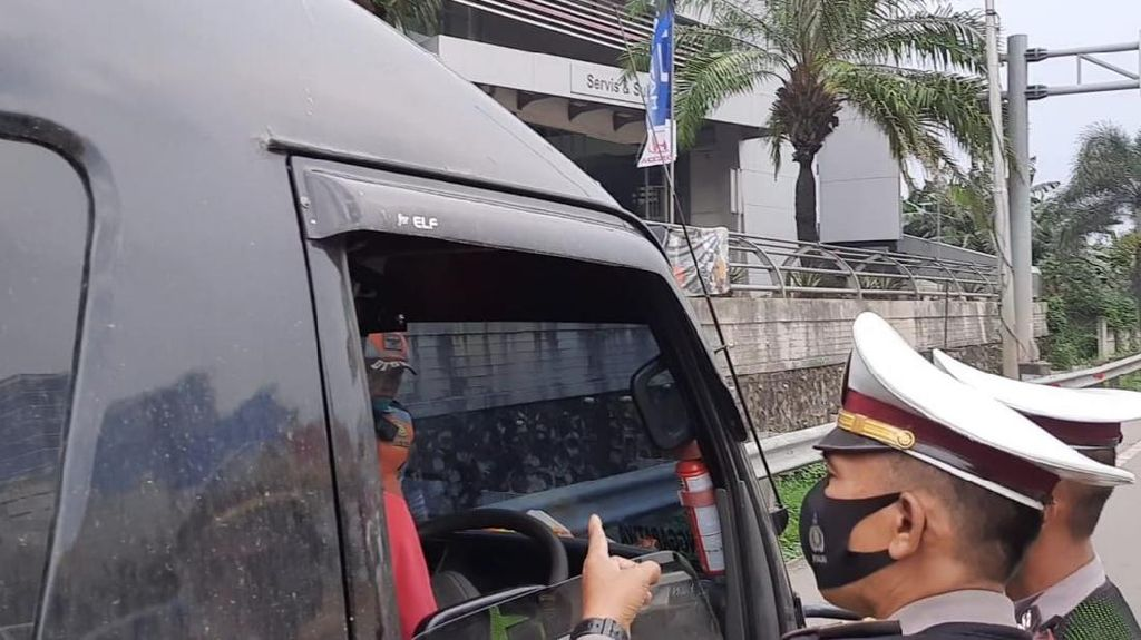 Puluhan Mobil Pribadi dari Jakarta Diputar Balik di Pintu Tol Bekasi Barat