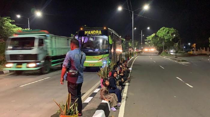 Puluhan Penumpang Bus Tujuan Madura Terlantar di Suramadu Akibat Larangan Mudik