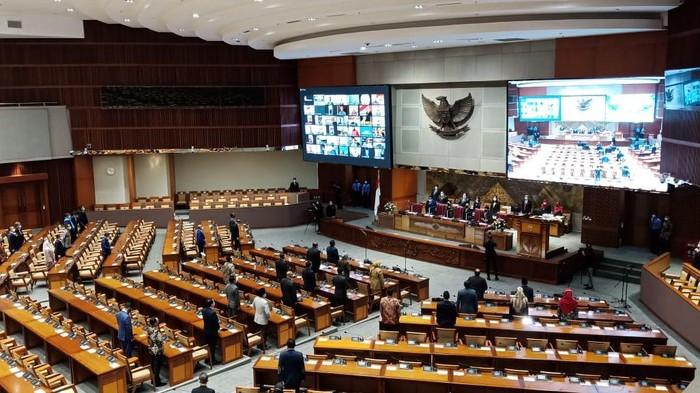 Rapat paripurna DPR RI, Kamis (6/4/2021). Azis Syamsuddin tak nampak di meja pimpinan DPR