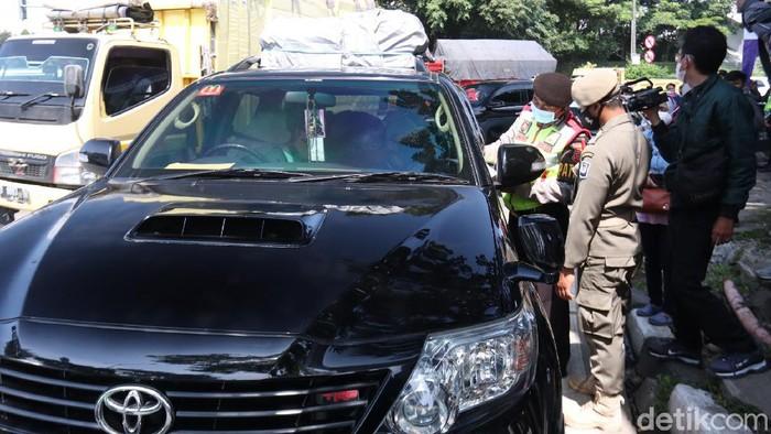 Sebanyak ratusan kendaraan berpelat luar Bandung terjaring penyekatan larangan mudik di Exit Tol Buahbatu.