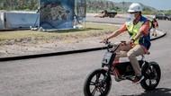 Santuy, Ini Momen Sandiaga Uno Naik Sepeda Listrik di Mandalika