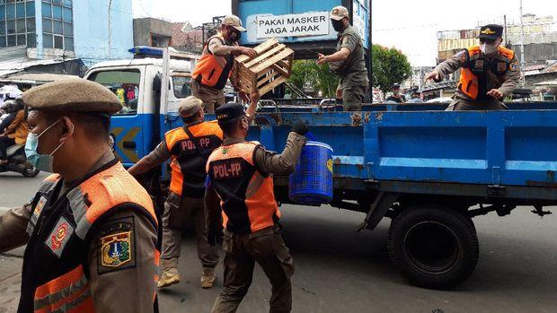Satpol PP DKI Jakarta Tertibkan Pedagang yang Tak Patuh Prokes di Pasar Tanah Abang