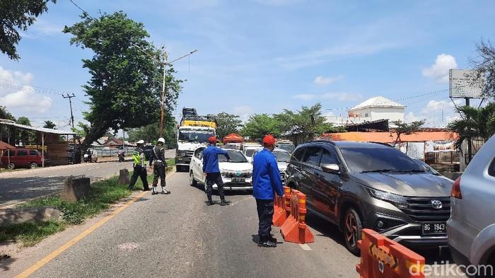 Sekitar 500 kendaraan sudah diputar balik aparat karena tidak dilengkapi dengan surat-surat bukti rapid test antigen dan berdomisili di luar daerah Palembang. (Prima S/detikcom)