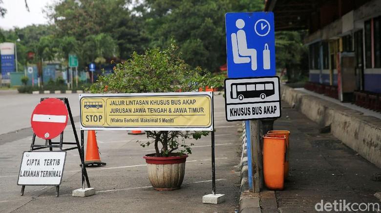 Ada pemandangan tak biasa di Terminal Kampung Rambutan hari ini. Terminal yang berada di Jakarta Timur itu sepi karena adanya larangan mudik pada 6-17 Mei 2021.