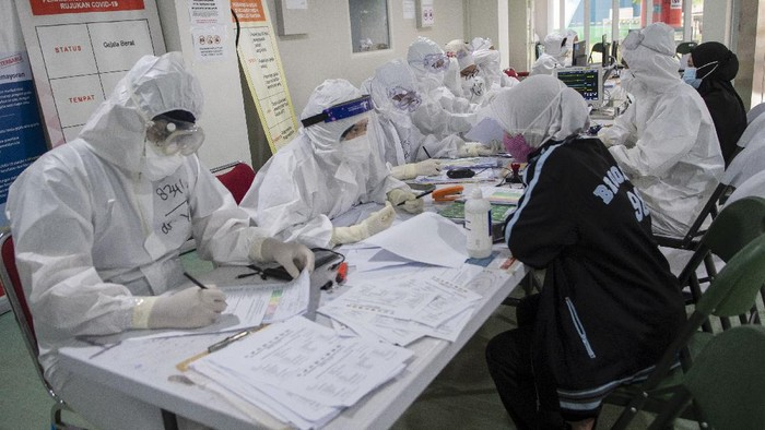 Sejumlah tenaga kesehatan berjalan menuju ruang perawatan pasien COVID-19 di Rumah Sakit Darurat COVID-19 (RSDC), Wisma Atlet, Kemayoran, Jakarta, Rabu (5/5/2021). Komandan Lapangan RSDC Wisma Atlet, Letkol Laut (K) Muhammad Arifin mengatakan tidak akan mengurangi jumlah tenaga kesehatan selama masa Lebaran 2021, hal tersebut untuk mengantisipasi kenaikan kasus COVID-19 dari masyarakat yang tetap melakukan mudik meski adanya larangan pemerintah sama seperti periode tahun lalu. ANTARA FOTO/M Risyal Hidayat/wsj.