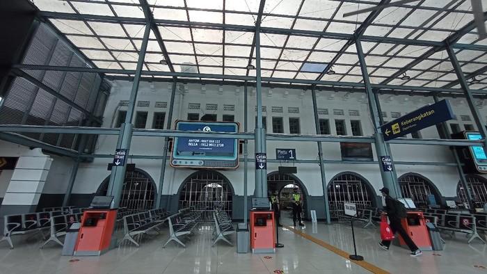 Stasiun Pasar Senen pada hari pertama pelarangan mudik Lebaran 2021, Kamis (6/5/2021).