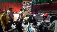 Gagal Mudik, Para Calon Penumpang Nginap di Pelabuhan Merak