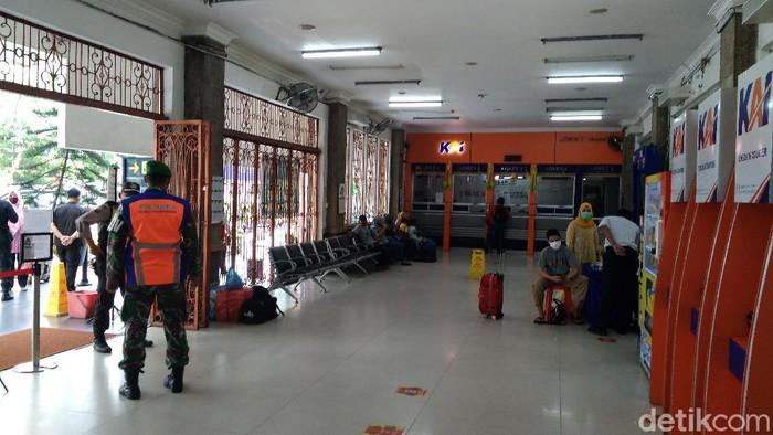 Suasana di Stasiun KA Medan tampak sepi di hari pertama pemberlakuan larangan mudik (Datuk Haris/detikcom)
