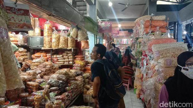 Suasana Pasar Kliwon, Kudus ramai jelang Idul Fitri 2021