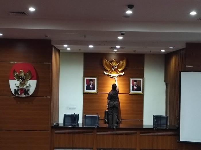 Tak Ada Lagi Logo KPK di Antara Foto Jokowi-Maruf di Ruang Jumpa Pers (Foto: Azhar Bagas/detikcom)