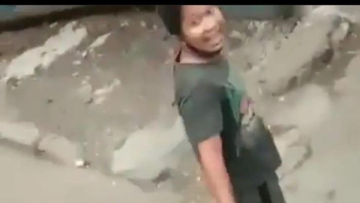 Tangkapan layar video viral preman palak sopir truk di Cakung, Jaktim. Foto screenshot Instagram