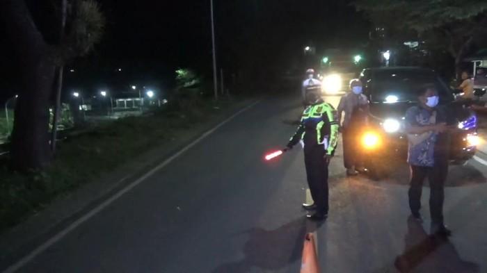 Terhitung mulai pukul 00.00 WIB malam ini, dua titik penyekatan mudik di Trenggalek mulai diaktifkan, petugas gabungan dari kepolisian, TNI, Satpol PP hingga dinas kesehatan disiagakan 24 jam penuh.