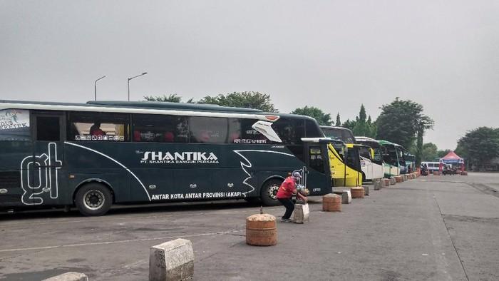 Bus AKAP di Terminal Kalideres tetap beroperasi, Kamis (6/5/2021).