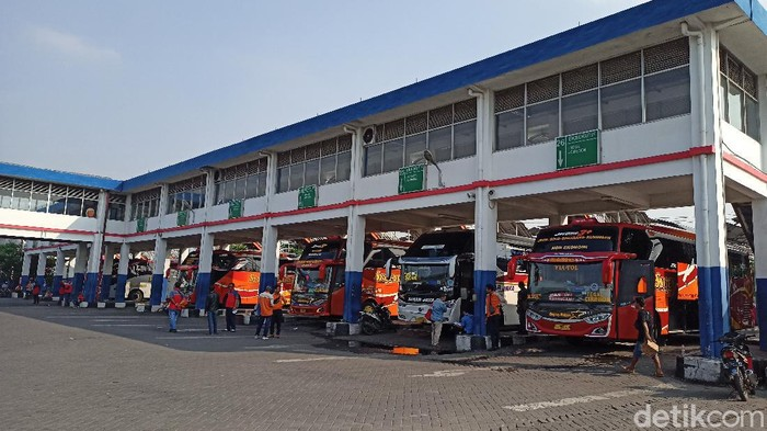 Di hari pertama penyekatan mudik, Terminal Purabaya terpantau sepi. Hanya ada beberapa Bus Antar Kota Antar Provinsi (AKAP) yang tampak menunggu penumpang.