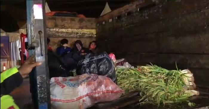 Sebuah truk diamankan di Tol Cikarang Barat karena membawa pemudik. Rencananya pemudik tersebut akan ke Garut dan Karawang.
