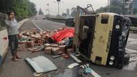 Truk Terguling di Tol Dalam Kota, Dua Korban Tergeletak