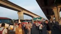 Viral Puluhan Pekerja Pabrik Protes Kendaraan Diputar Balik di Tol Cikarang