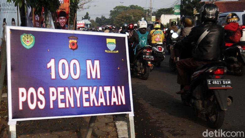 Kemacetan terjadi di Jalan Raya Cileunyi-Cibiru, Bandung, Jawa Barat, Jumat (7/5/2021) pagi. Kemacetan ini disebabkan pelambatan arus karena ada check point larangan mudik.