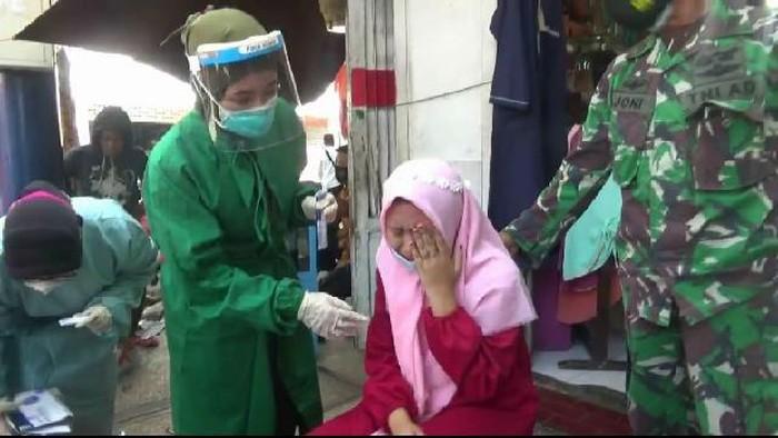 Adu mulut terjadi saat petugas gabungan dari Pemkot Probolinggo, TNI-Polri merazia protokol kesehatan kerumunan warga di salah satu mall di jalan Dokter Soetomo, Kota Probolinggo