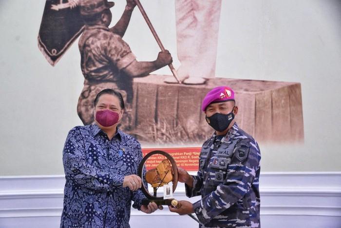 Airlangga Hartarto sambangi Korps Marinir TNI AL di Cilandak, Jakarta Selatan, Jumat (7/5/2021).