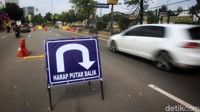 Sejumlah rambu disiapkan di Jl MH Thamrin, Cikokol, Kota Tangerang, Banten, Jumat (7/5/2021). Rambu tersebut untuk menghalau arus pemudik lokal.