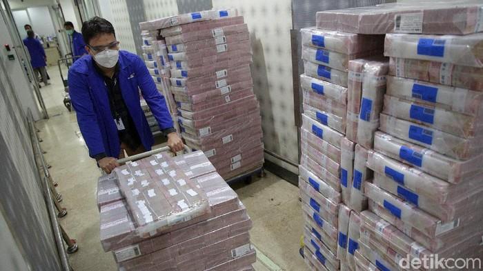 PT Bank Mandiri Tbk (BMRI) siapkan uang tunai Rp 20,8 triliun jelang Lebaran. Persiapan ini diharapkan dapat penuhi kebutuhan uang tunai warga di kala Lebaran.