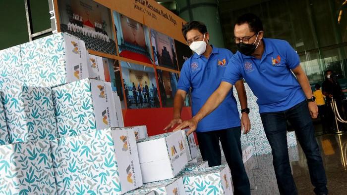 Bank Mega membagikan paket sembako kepada warga yang membutuhkan. diketahui sebanyak 20 ribu paket sembako diberikan dengan total biaya sebesar Rp 2,5 miliar.