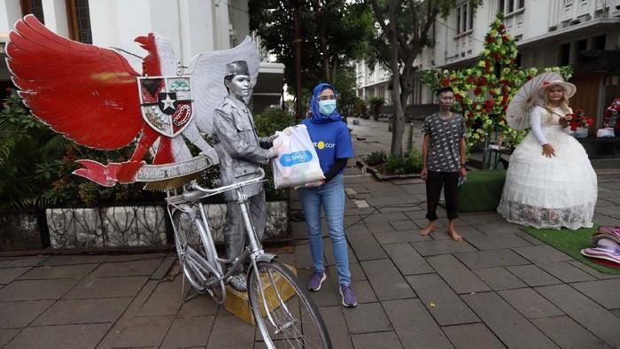 Sektor wisata banyak terpukul akibat pandemi. Para pekerja wisata sub-sektor di kawasan Kota Tua, Jakarta Barat pun, mendapat bantuan paket sembako.