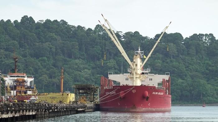 Sebuah kapal asing membawa gula rafinasi dari India, bersandar di Cilacap. Dari 20 ABK, 13 di antaranya dalam kondisi terkonfirmasi terpapar COVID-19.