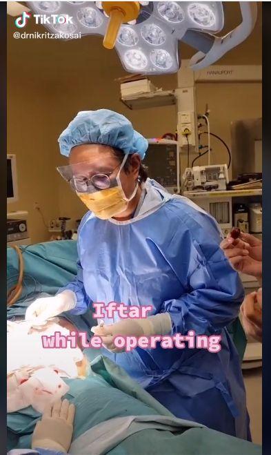 Bikin Haru! Ini Momen Dokter Bedah Buka Puasa saat Sedang Operasi Pasien